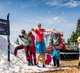 Letní koulovačka a stavění sněhuláků na Černé hoře